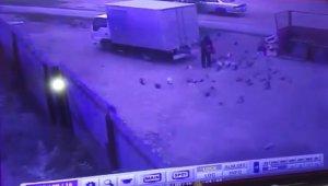 Rusya'da geri geri gelen kamyon güvercinleri besleyen adamın üzerinden geçti