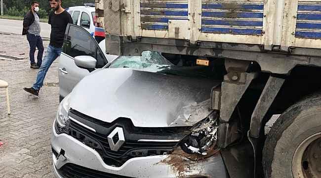 Samsun'da otomobil kamyonun altına girdi: 1'i çocuk 5 yaralı