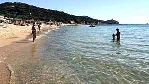Sardinya Adası'ndan iki kilo kum kaçırmaya çalışan turiste bin dolar ceza kesildi