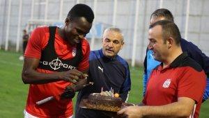 Sivassporlu Cofie'ye sürpriz doğum günü kutlaması