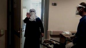 Taburcu olan yaşlı kadın, sağlık çalışanlarına böyle teşekkür etti