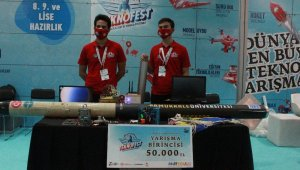 Teknofest roket yarışmalarının birincisi ödülünü Cumhurbaşkanı Erdoğan'dan aldı