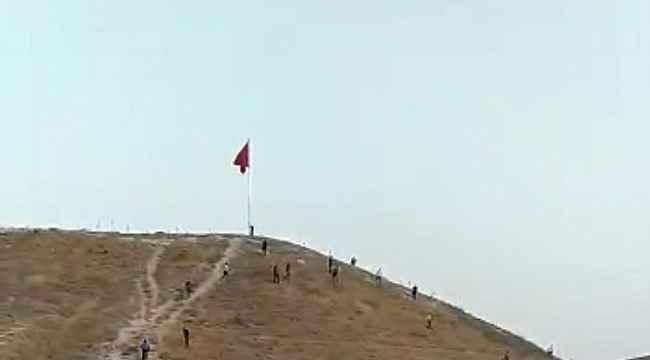 Türk Bayrağını indirme girişimi... Polis anında müdahale etti