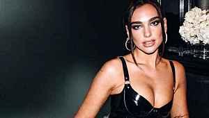 Ünlü şarkıcı Dua Lipa, aynanın karşısına geçip bikinili poz verdi