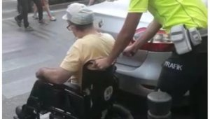 Yaya geçidine park etti, engelli vatandaş geçemedi