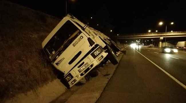 Yoldan çıkan kamyon su kanalına düştü