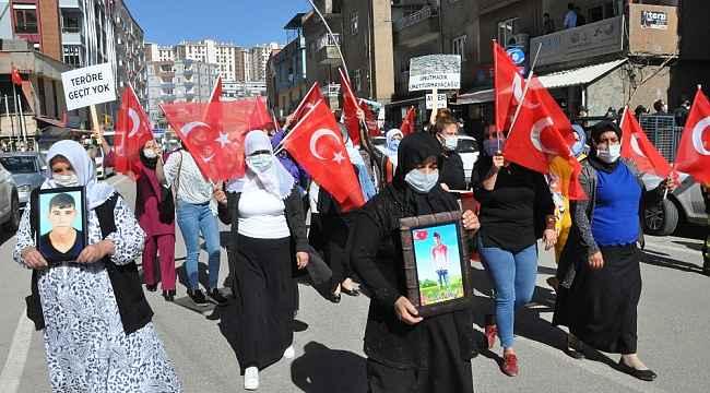 """Acılı annelerin """"Kahrolsun PKK"""" sloganları HDP binasında yankılandı"""