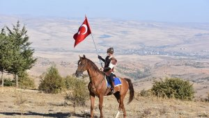 Alp kıyafetli Türk bayraklı atlılar Dinek Dağı zirvesinde