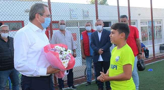 Ayvalık Belediye Başkanı Mesut Ergin geleceğin futbolcularıyla buluştu