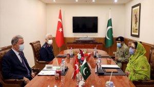 Bakan Akar, Pakistanlı mevkidaşı Khan ile bir araya geldi
