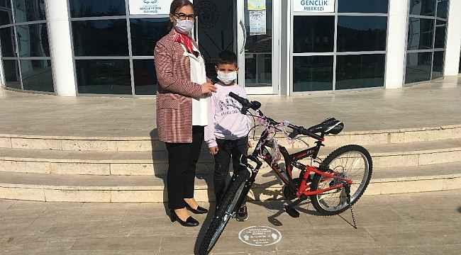 Bakan Kasapoğlu'ndan minik Utku'ya bisiklet hediyesi