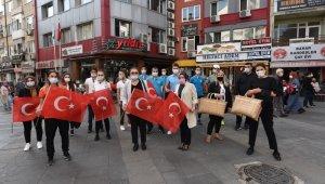Balıkesir'de vatandaşlara 27 bin bayrak dağıtıldı