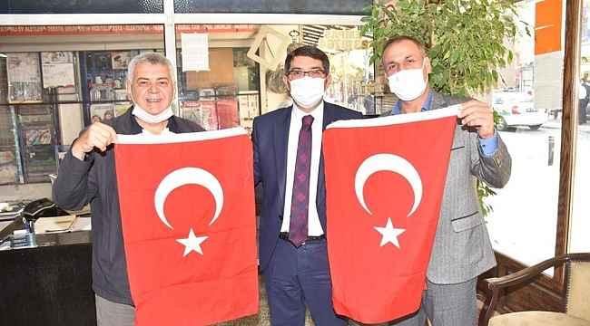 Başkan Çelik vatandaşlara Türk bayrağı dağıttı