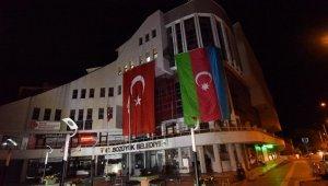 Bozüyük Belediyesi hizmet binasına dev Azerbaycan Bayrağı asıldı
