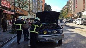 Burdur'da park halindeyken yanan araç, esnaf ve itfaiye tarafından söndürüldü