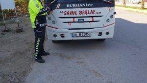 Burhaniye'de polis toplu taşıma araçlarını denetledi