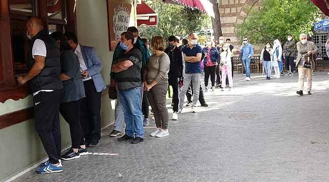 Bursa'da tarihi fırınlarda saatlerce simit kuyruğu