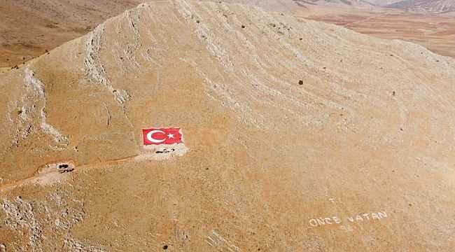 Çal Dağları'na dev Türk bayrağı