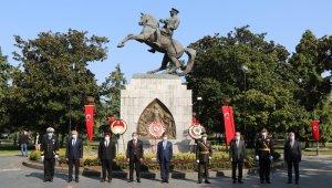 Cumhuriyet Bayramı kutlamaları anıta çelenk sunumu ile başladı