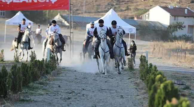 Cumhuriyet Kupası Atlı Dayanıklılık Yarışmaları nefes kesti