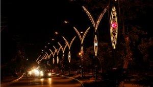 Erciş Belediyesi iki caddenin aydınlatma sistemini yeniledi