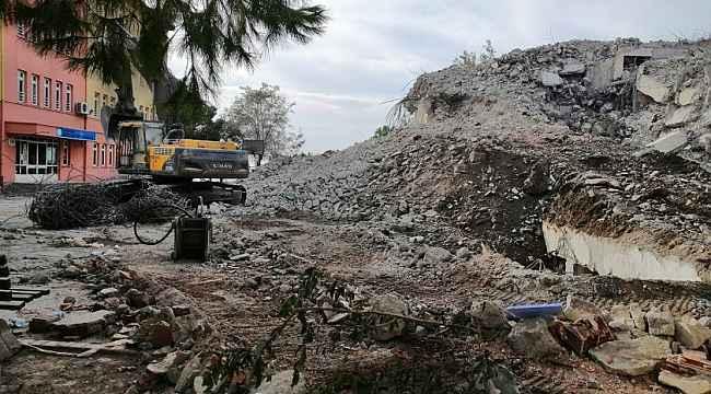 Erdek'te eski öğretmenevi yıkılıyor
