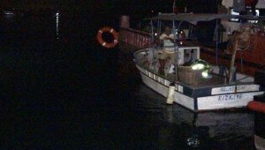 Erdemli'de balıkçı kayığı battı, 2 kişi yüzerek kurtuldu