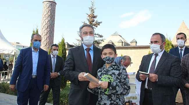 Erzurum İl Müftülüğü maske kuralına uyan çocuklara hediyeler dağıttı
