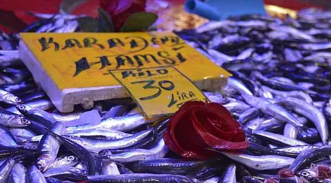 Eskişehir'de hamsi fiyatı 50 liraya kadar yükseldi
