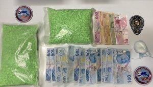 Fatih'te polisten kaçan şüpheliler 1 kilodan fazla uyuşturucu ile yakalandı