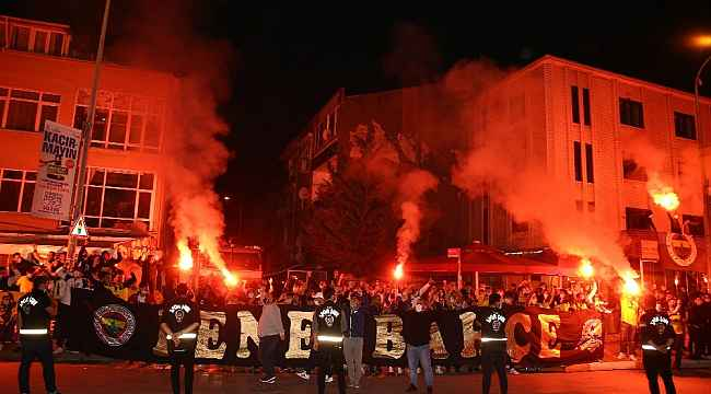 Fenerbahçeli futbolcular galibiyeti taraftarıyla kutladı