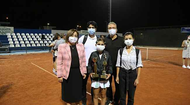 GKV'li Ayda Akçayöz'den teniste çifte şampiyonluk kazandı