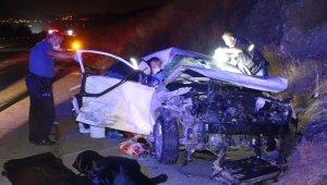 Hafif ticari araçla otomobil çarpıştı: 4 ölü, 4 yaralı