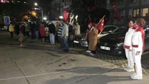 İstanbul'da vatandaşlar 19.23'te sokak ve balkonlarda İstiklal Marşı okudu