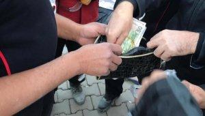 İtfaiye eri, enkazda bulduğu altınları polise teslim etti