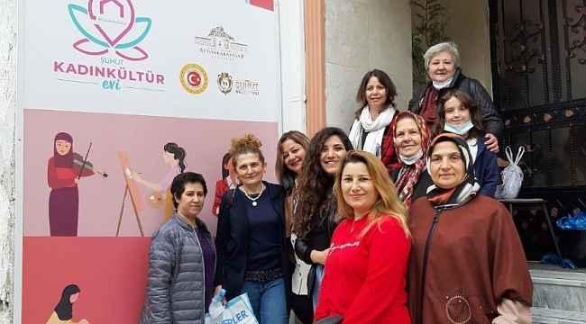 Kadınları hazırladıkları tiyatro oyununu kadınlara sergiledi