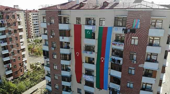 Karabağ göçmeni yarım asırlık terziden dev bayraklı destek