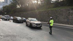 Karantinada olması gerekirken direksiyon başına geçen sürücü, polis ekiplerine yakalandı