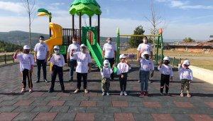 Kastamonu'da çocuklara Covid-19 yazılı tişört dağıttı
