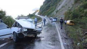 Kastamonu'da üç araç birbirine girdi