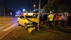 Kocaeli'de hafif ticari araç ile taksi çarpıştı: 2 yaralı