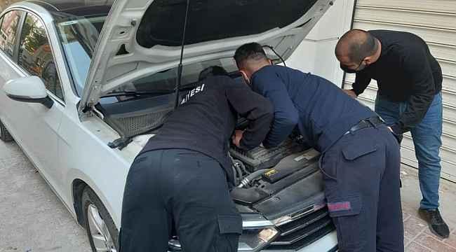 Lüks otomobilin motoruna sıkışan kedi kurtarıldı