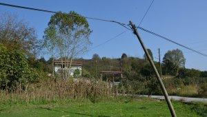 Mahalle sakinleri telefon direklerinin yıkılacağı korkusuyla yaşıyor