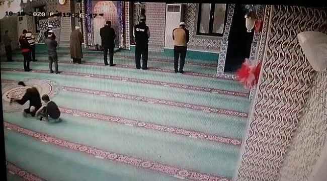 Oğluna camiyi sevdirmeye çalışan baba amacına ulaştı