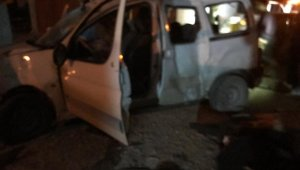 Otomobil elektrik direklerine çarptı: 1 yaralı