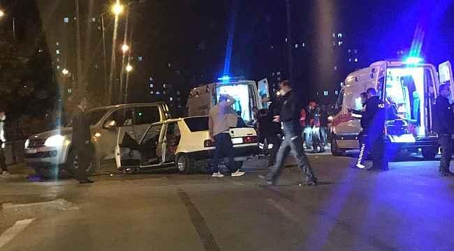 Otomobil ile ticari araç çarpıştı: 10 yaralı