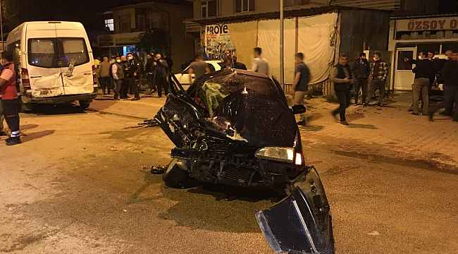 Otomobil park halindeki minibüse arkadan çarptı: 1 ölü, 1 yaralı