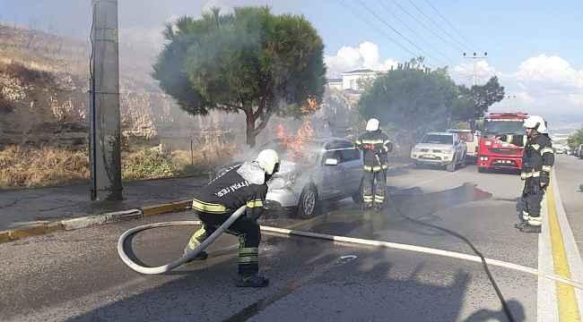Otomobilden çıkan dumanlar yerini alevlere teslim etti