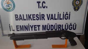 Polis Balıkesir'de 29 aranan şahsı yakalarken, 5 silah ele geçirdi