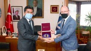 Sri Lanka Büyükelçisi Mohamed Rizvi Hassen, Rektör Erdal'ı ziyaret etti